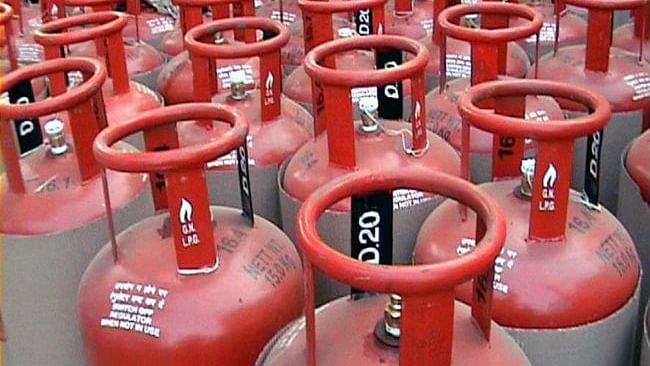 LPG Cylinder Price: बिना सब्सिडी वाले LPG सिलेंडर के दाम में भारी गिरावट, रांची में अब इतने रुपए देने होंगे