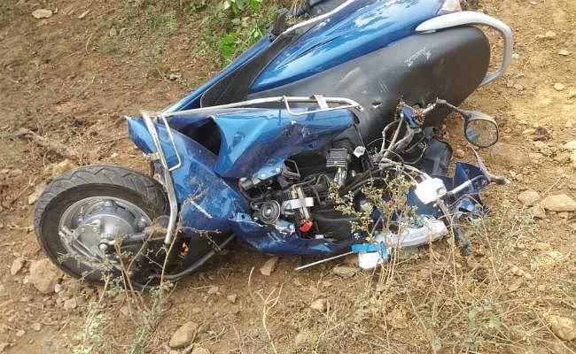 सिमडेगा : सड़क दुर्घटना में स्कूटी सवार युवती की मौत, दो गंभीर रूप से घायल, RIMS रेफर