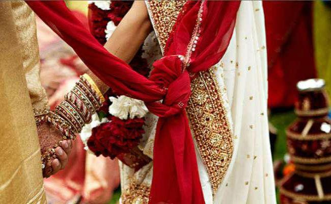 Love Story: मिस्ड कॉल के बाद शुरू हुआ प्यार, नाबालिग प्रेमी से शादी करने पहुंची मुंबई की अधेड़ महिला, फिर देखकर...