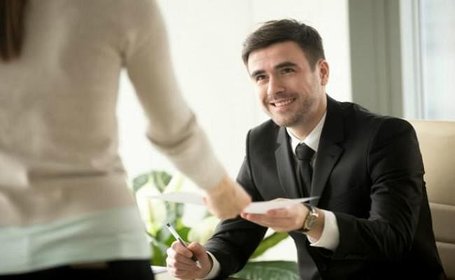 MeToo के बाद 80% पुरुष कार्यस्थल पर महिलाओं से बातचीत में बरत रहे सावधानी