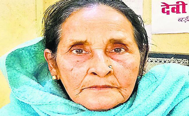 बेटों ने मां को किया बेघर, पुलिस से लगायी गुहार, स्थानीय नेता की बहन है पीड़िता