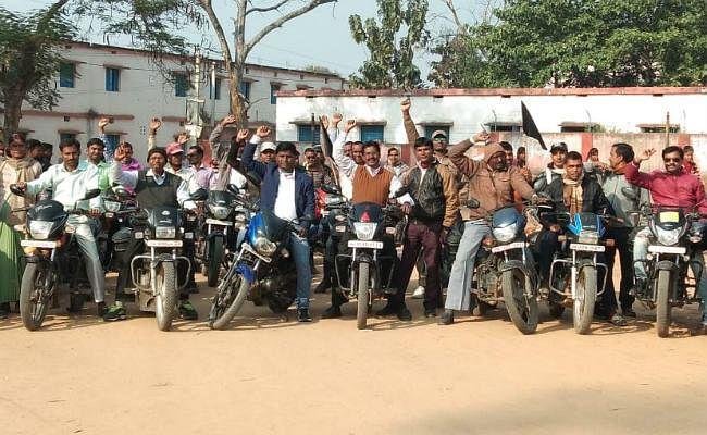 पारा शिक्षक संघ ने सरकार के खिलाफ काले झंडे के साथ मोटरसाइकिल रैली निकाली