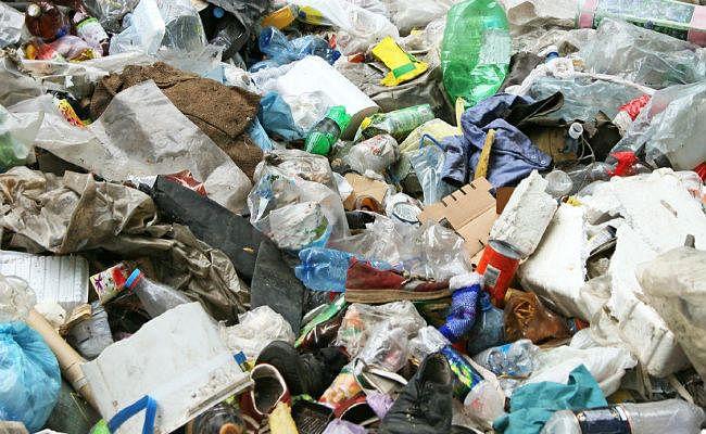 यहां सरकार दे रही कचरे से कमाने का मौका, प्लास्टिक बोतल के एक रुपये और कांच के बोतल के मिलेंगे दो रुपये