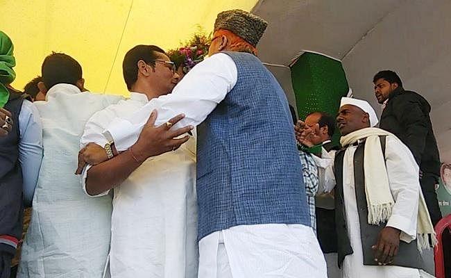 तेजस्वी की सभा में मंच पर बैठने के लिए भिड़े राजद नेता, हंगामा, धक्का-मुक्की