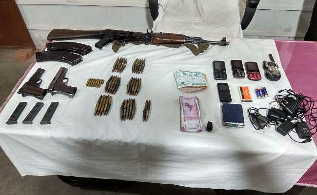 पीएलएफआइ के दो सदस्य हुए  गिरफ्तार हथियारों का जखीरा बरामद, चार लाख 81 हजार बरामद