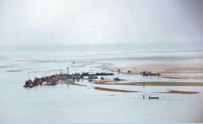 सोन के सोने पर डाका : सख्ती के बावजूद आधे घंटे में जेपी सेतु से गुजर जाती हैं अवैध बालू लदी 60 नावें
