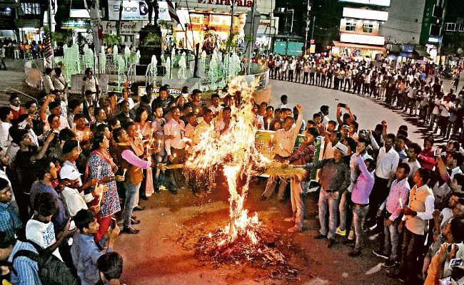 झारखंड : बंद समर्थकों पर हुए लाठीचार्ज के खिलाफ सड़क पर उतरे आदिवासी छात्र संगठन, शहर में लगा जाम