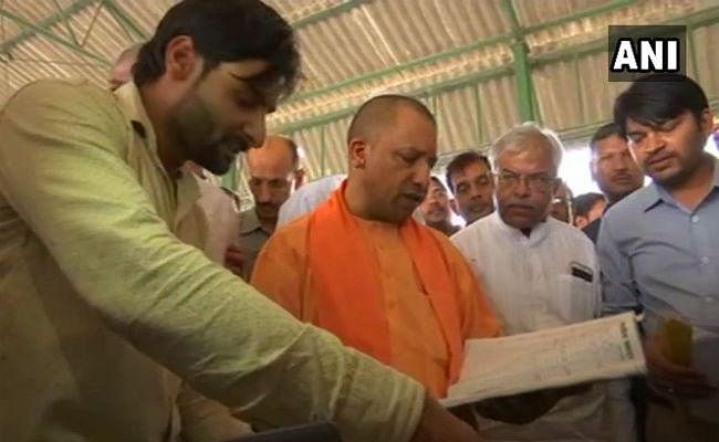 योगी आदित्यनाथ ने किया शाहजहांपुर, लखीमपुर खीरी जिलों का अचानक दौरा, गेहूं और गन्ना सेंटर का किया निरीक्षण