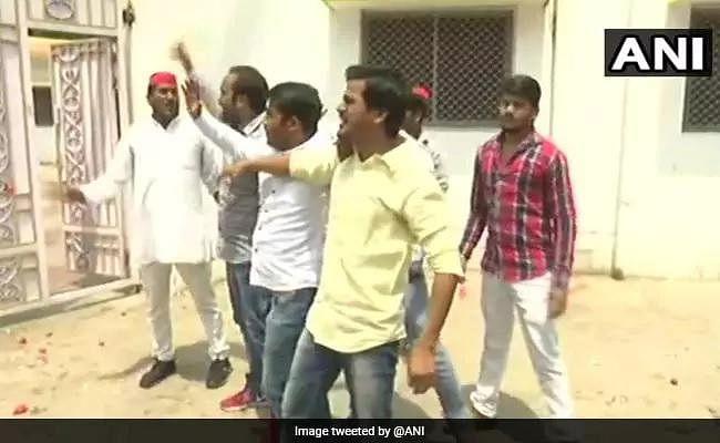 यूपी : शराब संबंधी बयान पर नाराज लोगों ने मंत्री राजभर के घर फेंके अंडे और टमाटर