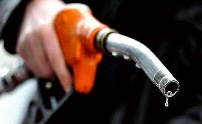 ...तो क्या कर्नाटक विधानसभा चुनाव के चलते नहीं बढ़ रहे पेट्रोल-डीजल के दाम? उठाये जा रहे सवाल