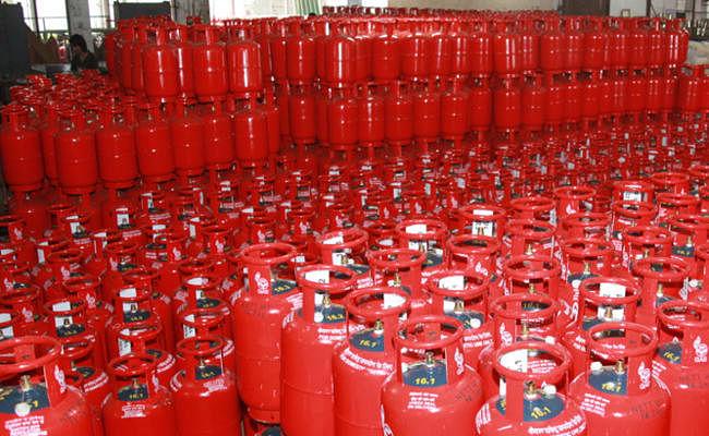 अब सस्ता मिलेगा रसोर्इ गैस सिलेंडर, तेल कंपनियों ने कीमत में की कटौती