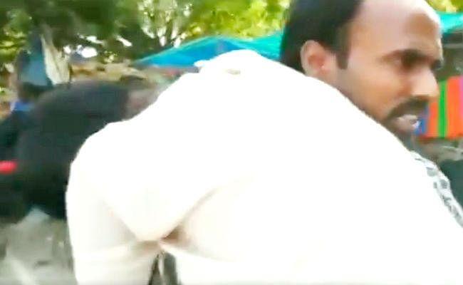 VIDEO : अस्पताल से नहीं मिला एंबुलेन्स, पैसे की कमी से पत्नी के शव को कंधे पर ही ले कर चल दिया सादिक