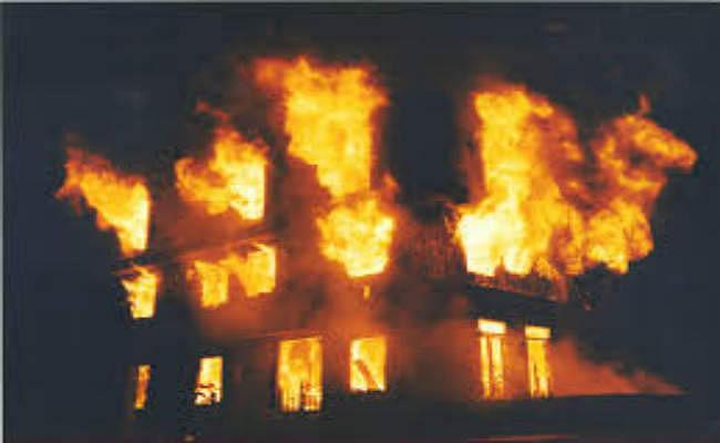 धू-धू कर जलने लगा कोलकाता का बहुमंजिली इमारत, किस्मत से बचे लोग