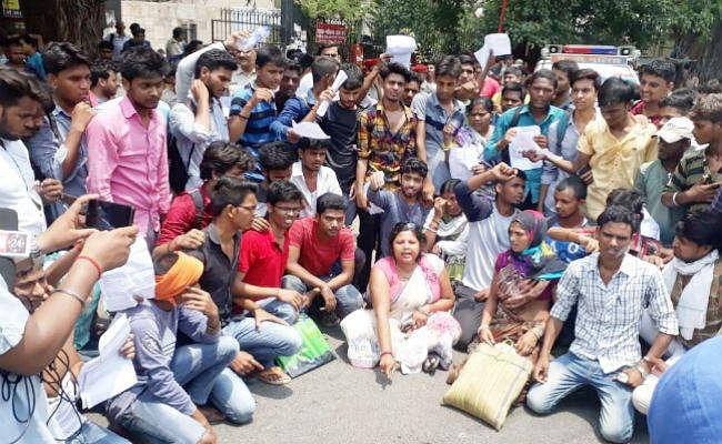 इंटरमीडिएट परीक्षा परिणाम : त्रुटियों को लेकर BSEB पहुंचे छात्रों का उपद्रव, पुलिस ने भांजी लाठियां