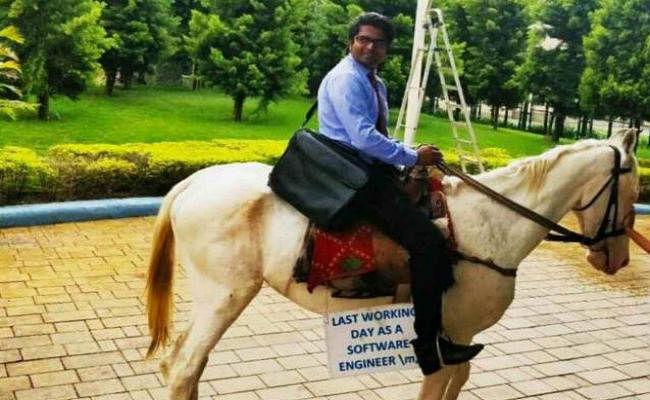 Viral Pics: ट्रैफिक और ऑफिस से हताश इंजीनियर घोड़े पर सवार होकर पहुंचा इस्तीफा देने...!