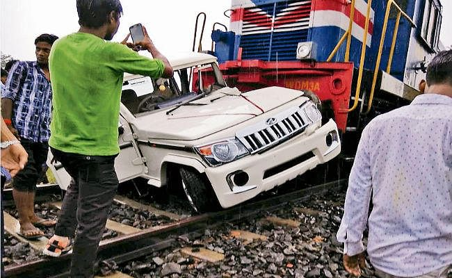गुमटी पर फंसी बोलेरो में पैसेंजर ट्रेन ने मारी टक्कर
