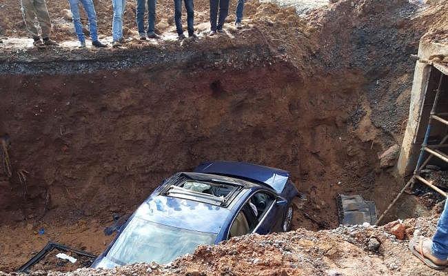 RANCHI : इटकी के पास गड्ढे में गिरी ऑडी कार