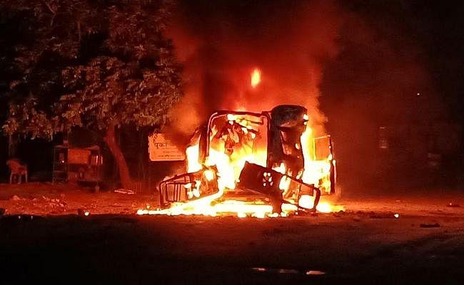 IN PICS : रामगढ़ में एंबुलेंस में लगी आग, धमाकों के साथ वाहन के परखच्चे उड़े