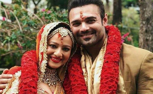 मिथुन चक्रवर्ती के बेटे महाअक्षय ने गर्लफ्रेंड मदालसा शर्मा संग रचाई शादी, PHOTOS