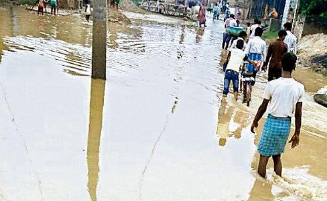 ओरिया का टूटा बांध, रोड पर चार फुट पानी, सिकटा की सभी नदियां खतरे के निशान से बह रही ऊपर