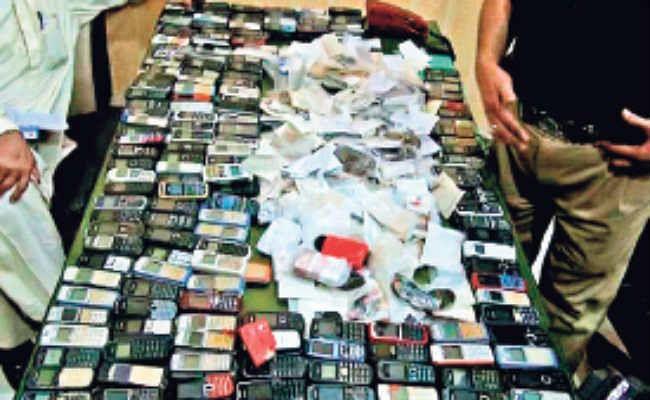 मोबाइल गोदाम में बदल रहे जेल के स्टोर रूम