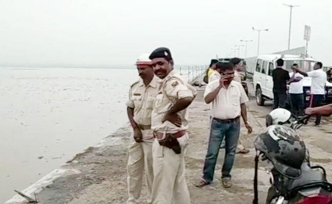 बिहार : महात्मा गांधी सेतु की रेलिंग तोड़ कर गंगा में गिरी स्कॉर्पियो