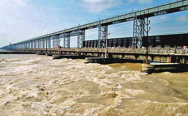 बिहार : कोसी बराज से इस साल बुधवार को रिकॉर्ड डिस्चार्ज किया गया पानी, लोगों की बढ़ी मुश्किलें