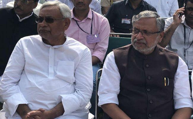CM नीतीश और सुशील मोदी ने नम आंखों से दी वाजपेयी को अंतिम विदाई