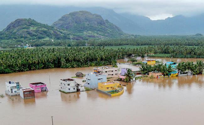 IN PICS : केरल में जल प्रलय, ऑक्सीजन, पेट्रोल-डीजल, खाद्य पदार्थों व पेयजल का संकट