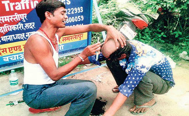 समस्तीपुर : आवारागर्दी करते हुए पकड़े जाने पर पुलिस ने मुंड़वाया युवक का बाल