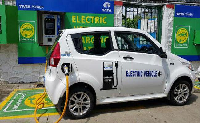 ''इलेक्ट्रिक वाहनों के लिए चुनिंदा शहरों और राजमार्गों पर हर 3 किमी पर होंगे चार्जिग स्टेशन''