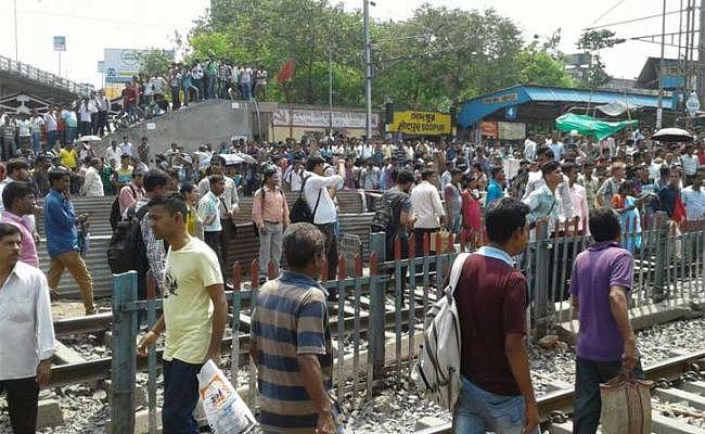 सोदपुर स्टेशन पर हिंसक प्रदर्शन, ट्रेन सेवा प्रभावित