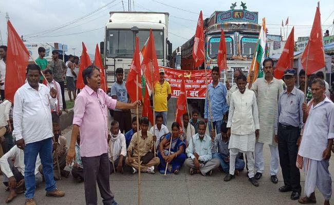 बरकट्ठा में बंद समर्थकों ने जीटी रोड किया घंटों जाम. लगी वाहनों की लंबी कतार