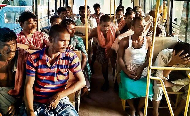 अवैध बालू खनन में 21 मजदूर गिरफ्तार और एक नाव जब्त