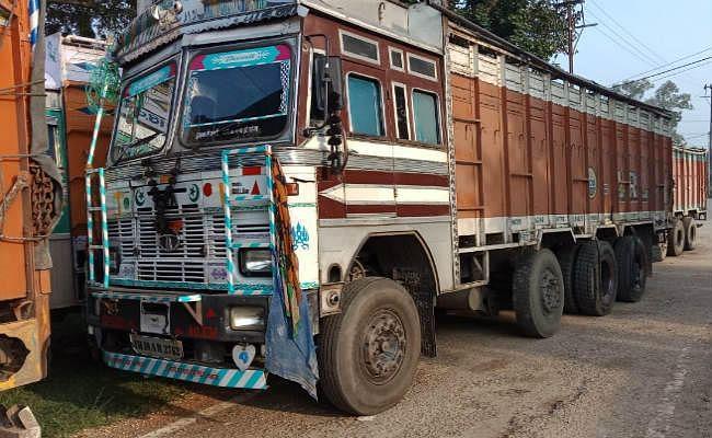 हजारीबाग : गोरहर में अवैध कोयला लदे दो ट्रकों को पुलिस ने किया जब्त