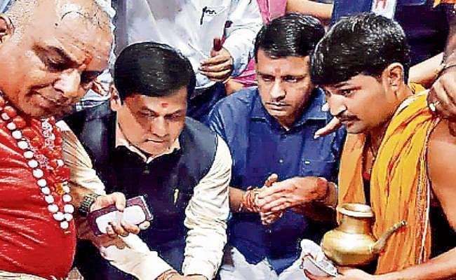 देवघर : असम के सीएम ने गुरु का लिया आशीर्वाद