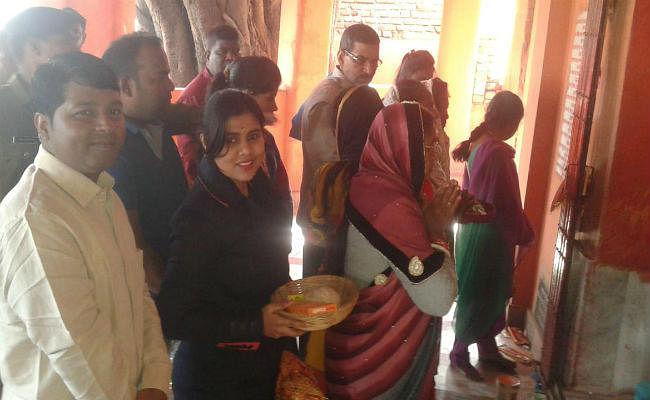 गुमला में नये साल का सेलिब्रेशन, डीसी शशि रंजन ने काली मंदिर में की पूजा, विकास का लिया संकल्प