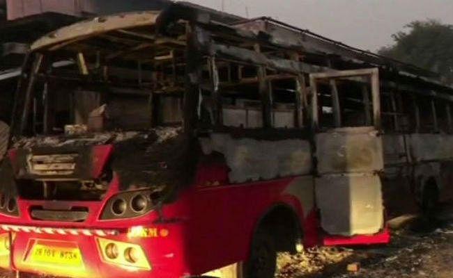 इस बात से गुस्साये यात्रियों ने बस में लगा दी आग, जान बचाकर भागे बस स्टाफ
