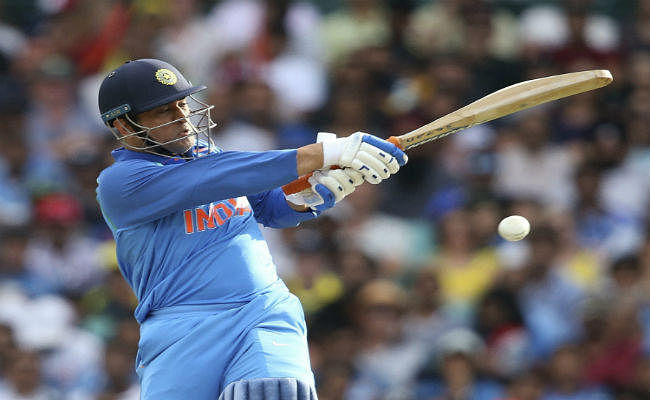 अर्धशतक लगाकर भी ट्रोल हुए धौनी, क्रिकेट समीक्षक बोले - ''टीम के लिए बोझ न बनें''