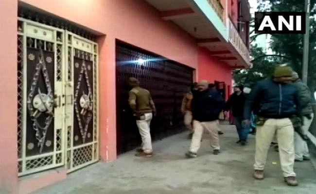 भाई के साथ स्टेशन जा रहे प्रोफेसर से अज्ञात अपराधियों ने मारपीट कर छीने सामान, विरोध करने पर मार दी गोली, एक की मौत