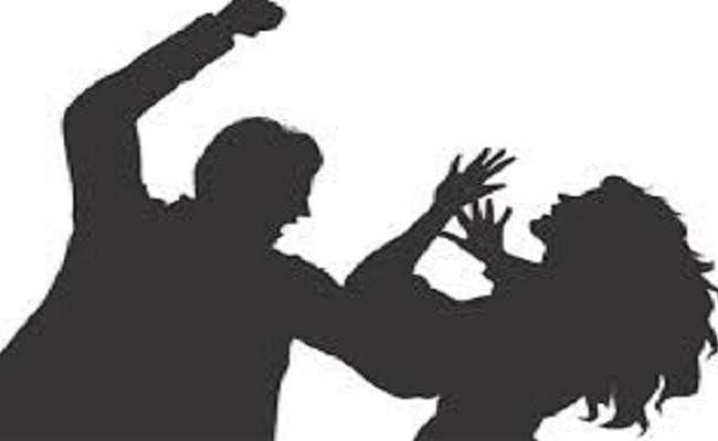 लॉकडाउन में बेटा नहीं भेज सका पैसा तो पिता ने बहू को पीटकर घर से निकाला, जानें पूरा मामला...