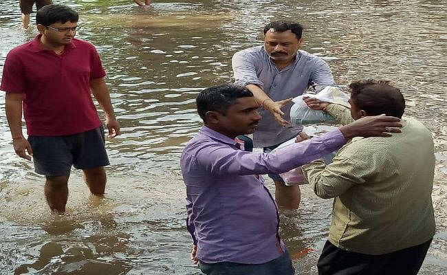 पटना में ''जल प्रलय'':  जलजमाव और तबाही बरकरार, ''प्रभात खबर'' ने प्रभावित क्षेत्रों में बांटी राहत सामग्री