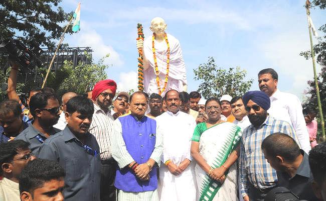 राज्यपाल एवं मुख्यमंत्री ने गांधी और शास्त्री को किया नमन, रघुवर बोले : गांधी ने दुनिया को सत्याग्रह और अहिंसा का मार्ग दिखाया
