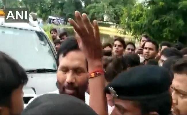बिहार : बाढ़ पीड़ितों ने हाजीपुर में रामविलास पासवान को घेरा, देखें...VIDEO