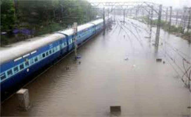 सुगौली-मझौलिया रेलखंड पर पानी चढ़ने के कारण कई ट्रेनों के रूट बदले