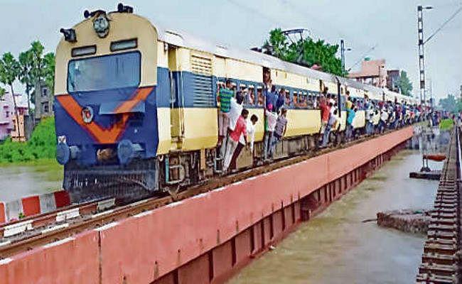रेलवे ट्रैक तक बाढ़ का पानी आने से कई ट्रेनें रद्द, कई ट्रेनें डायवर्ट, ...जानें किन-किन ट्रेनों का बदला गया गंतव्य स्टेशन?