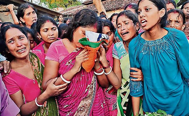 नक्सल हमला : शहीदों का शव गांवों में पहुंचते ही माहौल गमगीन
