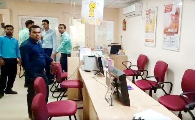 मुजफ्फरपुर : ICICI बैंक में आठ लाख की लूट,  दो बाइक पर आये छह अपराधियों ने मात्र तीन मिनट में दिया घटना को अंजाम