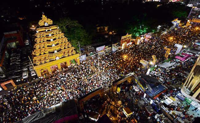 मां की भक्ति में डूबा शहर, पंडालों में देर रात तक उमड़ी लोगों की भीड़