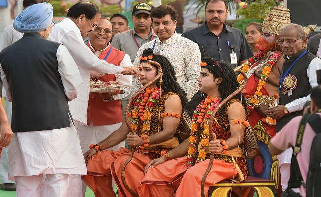दशहरा के मौके पर उपराष्ट्रपति नायडू ने कही ये बात, मनमोहन सिंह भी इस कार्यक्रम में थे शामिल